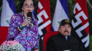 La vicepresidenta de Nicaragua, Rosario Murillo (I), da un discurso junto a su esposo y presidente del país, Daniel Ortega, el 20 de septiembre de 2020 en Managua
