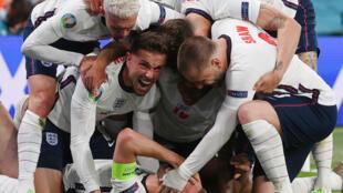 La joie des Anglais, après le but marqué sur pénalty par l'attaquant Harry Kane (c) face au Danemark, lors de la demi-finale de l'Euro 2020, le 7 juillet 2021 au stade de Wembley à Londres