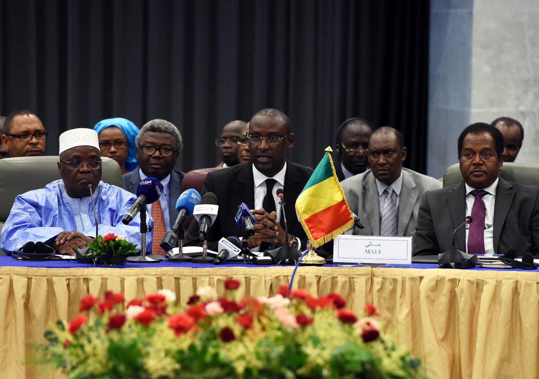 Nouveau round de négociations s'est ouvert à Alger ce mercredi 16 juillet 2014 entre les groupes armés du Nord du Mali et le pouvoir malien conduit par Abdoulaye Diop (C), le ministre des Affaires étrangères  et de plusieurs ministres qui l'ont accompagné.