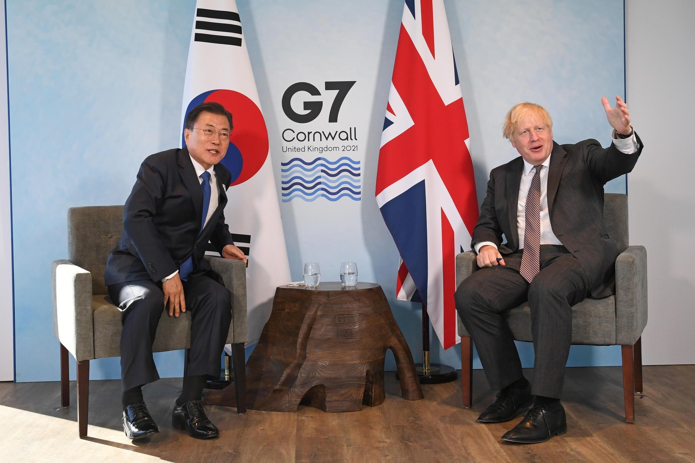 韩国总统文在寅与英国首相约翰逊资料图片