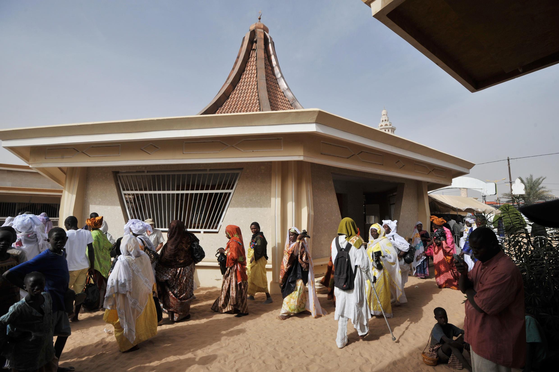 Des fidèles dans la cour du khalife des Mourides, à Touba, au Sénégal.