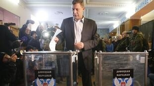 Alexander Zakharchenko, lãnh tụ phe ly khai và là ứng cử viên tổng thống nước Cộng hòa Donetsk tự tuyên bố, bỏ phiếu tại Donetsk ngày 2/11/2014.