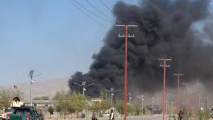Rất nhiều tội ác đã xảy ra trong hơn 10 năm chiến tranh tại Afghanistan. Trong ảnh, khói đen bốc lên từ một trụ sở cảnh sát ở Gardez, bị Taliban tấn công, ngày 17/10/2017.