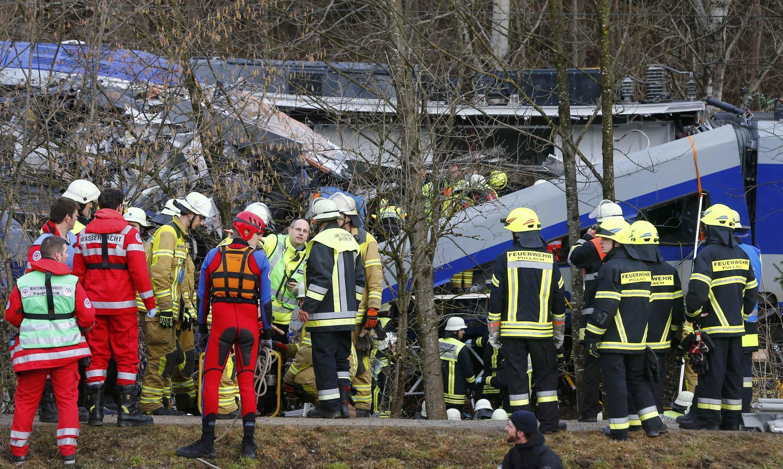 Equipes de resgate chegam à zona onde houve a colisão entre dois trens perto de Bad Aibling, no sul da Alemanha.
