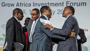 Le président kényan Uhuru Kenyatta (d), avec Akinwumi Ayodeji Adesina, président de la BAD (c), et le ministre des Finances du Rwanda Claver Gatete (g) parle avec le Premier ministre éthiopien Hailemariam Dessalegn (c), à Kigali, le 12 mai 2016.