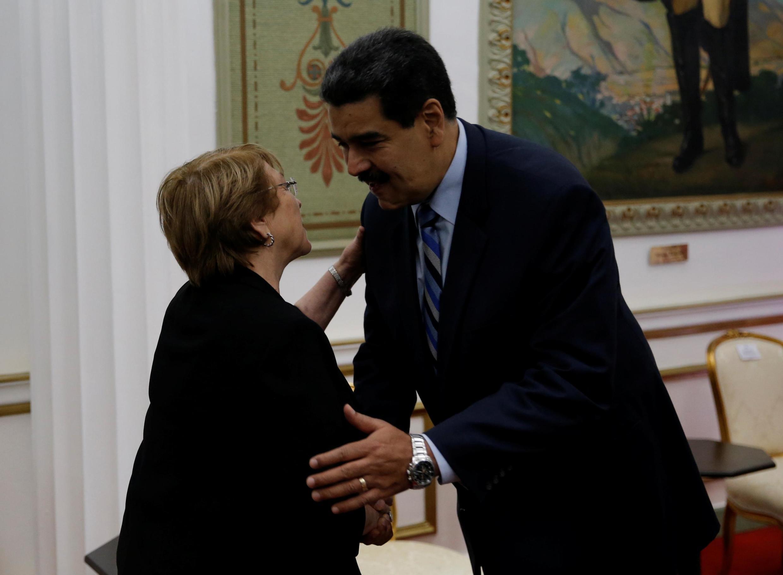 A Alta comissária da ONU para os direitos humanos, e antiga presidente socialista do Chile, Michelle Bachelet, e Nicolas Maduro, em Caracas.