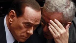 Silvio Berlusconi (à esq.) com Giulio Tremonti, ministro das Finanças da Itália.