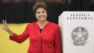 """Dilma Rousseff hace la """"v"""" de la victoria después de votar en Porto Alegre."""