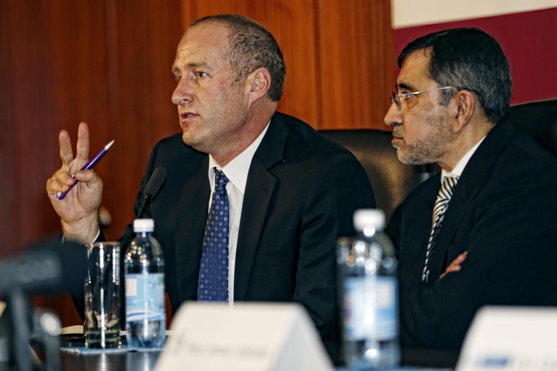O professor Andre van der Merwe (esquerda)chefe do departamento de cirurgia reconstrutiva da Universidade de Stellenbosch, na Cidade do Cabo, África do Sul..
