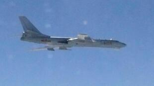 Oanh tạc cơ Trung Quốc H-6 bay qua không phận giữa đảo Okinawa và Miyako, biển Hoa Đông. Ảnh cho quân đội Nhật Bản công bố ngày 09/03/2014