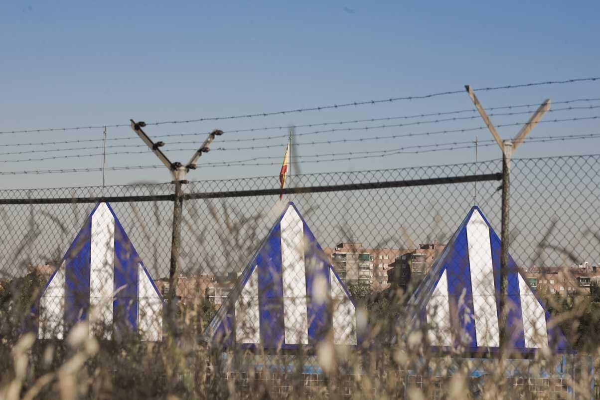 Imagen del exterior del Centro de Internamientos de Extranjeros del barrio madrileño de Aluche, desde donde parten la mayoría de las expulsiones de personas sin permiso de residencia en España.