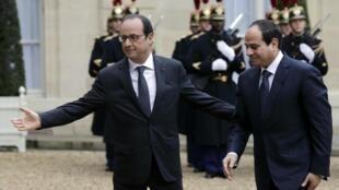 Aliye kuwa rais wa Ufaransa François Hollande akiongozana na Abdel Fatah al-Sisi katika ikulu ya Elysée Novemba 26, 2014.