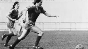 La joueuse irlandaise, Anne O'Brien lors de la première finale du championnat de France de football féminin entre Reims et Orléans, le 31 mai 1975.