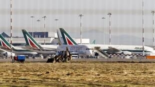 Aviões da Alitalia parados no aeroporto de Roma-Fiumicino.
