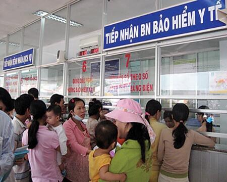Nhiều người Việt Nam có thẻ Bảo hiểm y tế phàn nàn vì bị phân biệt đối xử. Ảnh báo trong nước.
