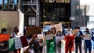 Des manifestants portent des pancartes et un drapeau mexicain devant la Trump Tower de New York, le 5 juillet 2020, pour demander des comptes après la disparition de Vanessa Guillén, militaire basée à Fort Hood.