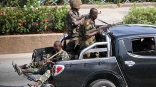 Des soldats pro-Gbagbo patrouillant dans Abidjan jeudi 31 mars.