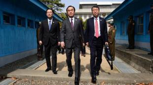 Bộ trưởng bộ Thống Nhất Hàn Quốc Cho Myoung-gyon (G) vượt lằn ranh bê tông-biên giới giữa hai miền, sau cuộc gặp với phái đoàn Bắc Triều Tiên, tại Bàn Môn Điếm, ngày 29/03/2018.