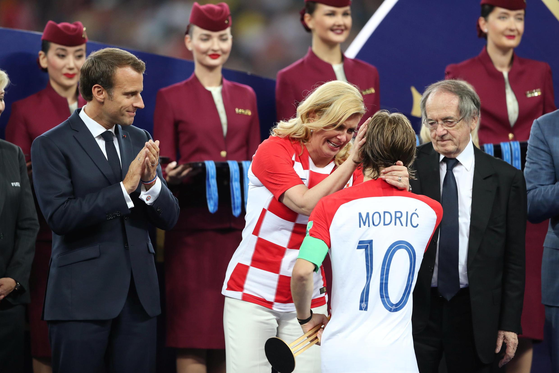 Luka Modric réconforté par Kolinda Grabar Kitarovic, la présidente de la Croatie, à l'issue de la finale perdue contre la France.