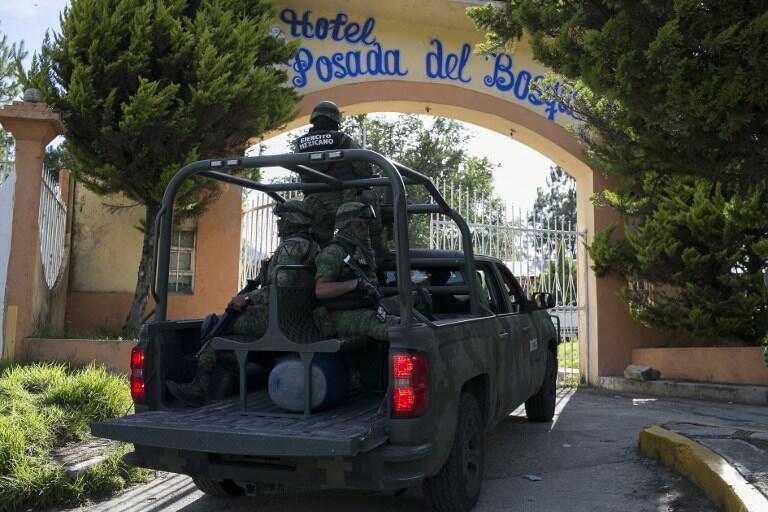Des soldats mexicains arrivent pour les funérailles du candidat de la localité d'Ocampo, Fernando Angeles, abattu chez lui le 21 juin 2018, dans l'État du Michoacán, le même jour.