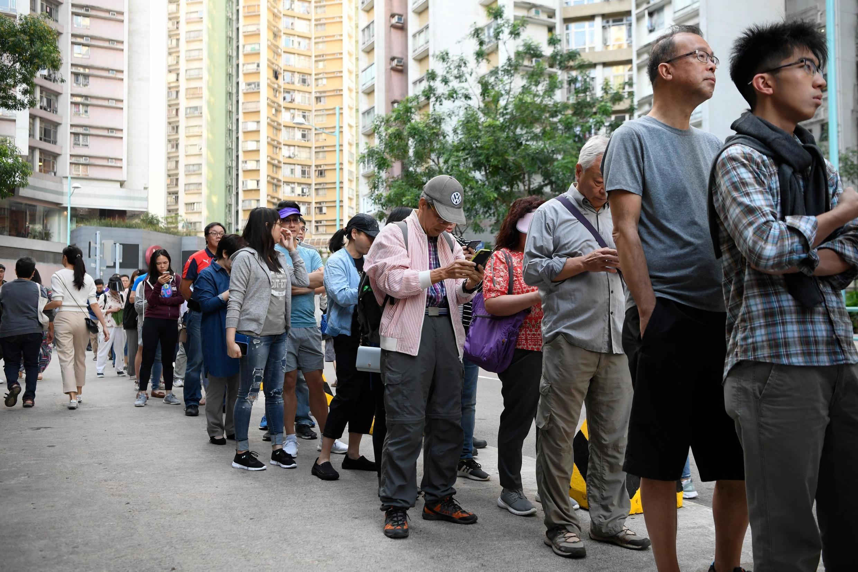 香港民眾周日排隊等候參加區議會選舉投票資料圖片