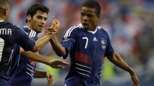 Loic Remy  (trái) và Gourcuff (giữa) hai người làm nên chiến thắng của đội tuyển Pháp trước Rumani