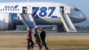 Máy bay Dreamliner Boeing 787 của hãng hàng không ANA đã hạ cánh khẩn cấp xuống phi trường Takamatsu (Reuters)