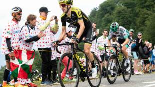 El ciclista británico Simon Yates, vencedor de la decimosegunda etapa del Tour de Francia con llegada a Bagnéres de Bigorre, coronando el puerto de Hourquette d'Anocizan