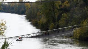 Ponte desaba em rio do sul da França, nas proximidades de Toulouse.
