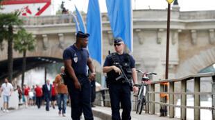 Des policiers en faction avant l'ouverture de l'édition 2016 de Paris Plages.