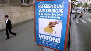 Une affiche appelant à voter lors du référendum sur la ratification du traité de Maastricht, le 9 septembre 1992 à Paris.