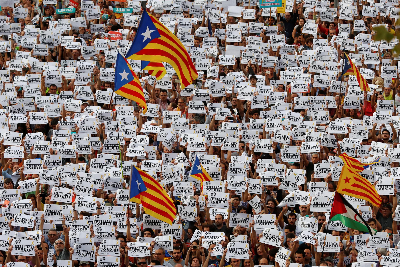 Manifestação organizada pelos movimentos catalões pró-independência ANC (Assembleia Nacional Catalã) e Omnium Cutural, após prisão de dois líderes: Jordi Sanchez e Jordi Cuixart, em Barcelona, Espanha, 21/10/17.