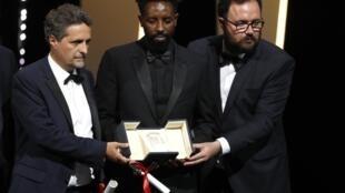 Ladj Ly, entre Kléber Mendonça Filho e Juliano Dornelles, com quem dividiram o prêmio do juri em Cannes