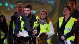 """""""Coletes amarelos"""" durante protesto durante a 31a entrega dos Molières, o maior prêmio do teatro francês, em Paris, em 13 de maio de 2019."""