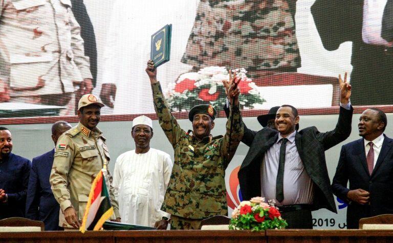 Ahmed al-Rabie, mwakilishi wa Alliance for Freedom and Change (kulia) na Mohammed Hamdan Daglo, kiongozi namba mbili wa Baraza la keshi (kulia akivalia sare ya jeshi, wakati wa kusaini makubaliano Agosti 17, 2019.