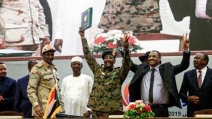 Viongozi wa serikali ya mpito nchini Sudan baada ya kutia saini mkataba wa serikali Agosti 17 2019