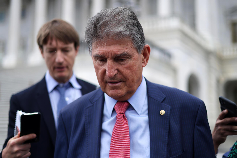 El senador demócrata estadounidense Joe Manchin abandona el Capitolio, sede del Congreso de Estados Unidos, después de una votación, el 10 de junio de 2021 en Washington, en el marco de negociaciones bipartidaria sobre un acuerdo en materia de infraestructura.
