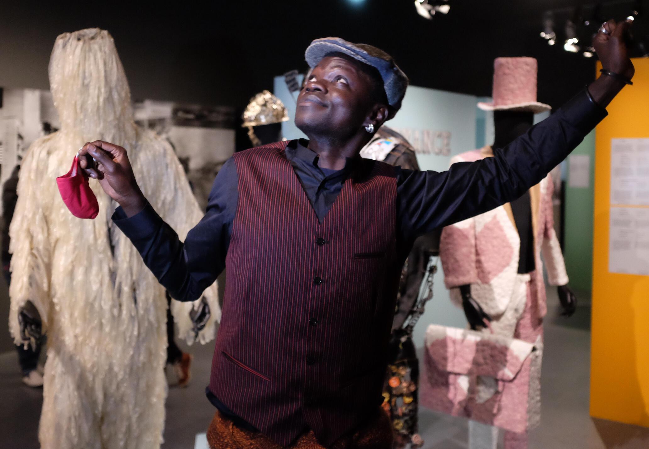 Eric Androa Mindre Kolo, artiste-plasticien, performeur, vidéaste et co-commissaire de l'exposition « Kinshasa Chroniques ». © Siegfried Forster / RFI