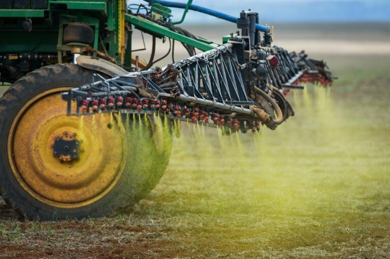 Un tractor dispersa hervicida en un campo de soja en Campo Verde, Mato Grosso, Brasil el 30 de enero de 2011