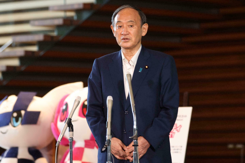 El primer ministro japonés, Yoshihide Suga, habla en conferencia de prensa después de anunciar que no buscará la reelección como líder del partido de gobierno, el 3 de septiembre de 2021 en Tokio