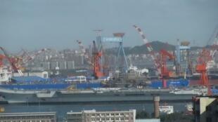 Chiếc hàng không mẫu hạm  Varyag đang được tân trang tại cảng Đại Liên.