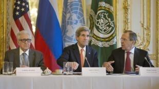 O secretário de Estado dos EUA, John Kerry (centro), o chanceler russo, Serguei Lavrov (à direita), e o representante da ONU para a Síria, Lakhdar Brahimi, se encontraram hoje na embaixada americana em Paris.