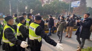 张展庭审外记者与安保人员