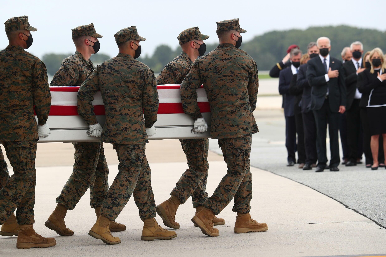 美国总统拜登夫妇等人迎接阿富汗阵亡美军士兵资料图片
