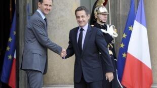 Le président français (d) et son homologue syrien (g) au palais de l'Elysée à Paris, le 13 novembre 2009.