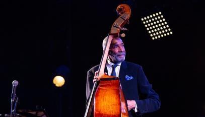 Le contrebassiste Ron Carter en concert au théâtre de la Mer de Sète, le 20 juillet 2019.