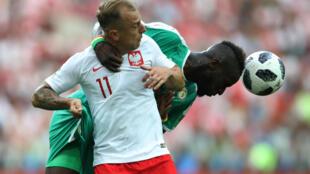 Le Sénégalais Salif Sané devance le Polonais Kamil Grosicki, le 19 juin à Moscou, en Coupe du monde 2018.