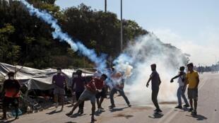 Requerentes de asilo desalojados na ilha grega de Lesbos manifestam para exigir abrigo, após incêndio que destruiu o campo de refugiados de Moria.