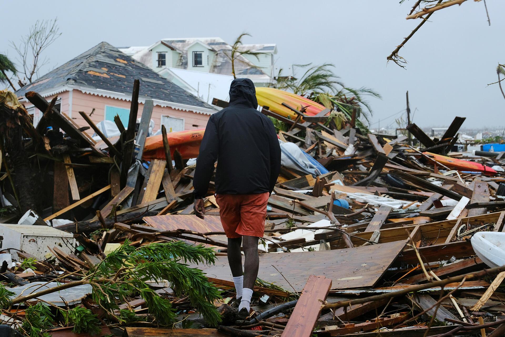 Un homme traverse les décombres après le passage de l'ouragan Dorian sur la ville de Marsh Harbour, sur l'île du Grand Abaco, aux Bahamas, le 2 septembre 2019. (Photo d'illustration)