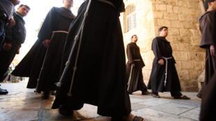 Les 13 000 frères franciscains répartis dans le monde sont appelés à la rescousse pour aider leur ordre au bord de la faillite.
